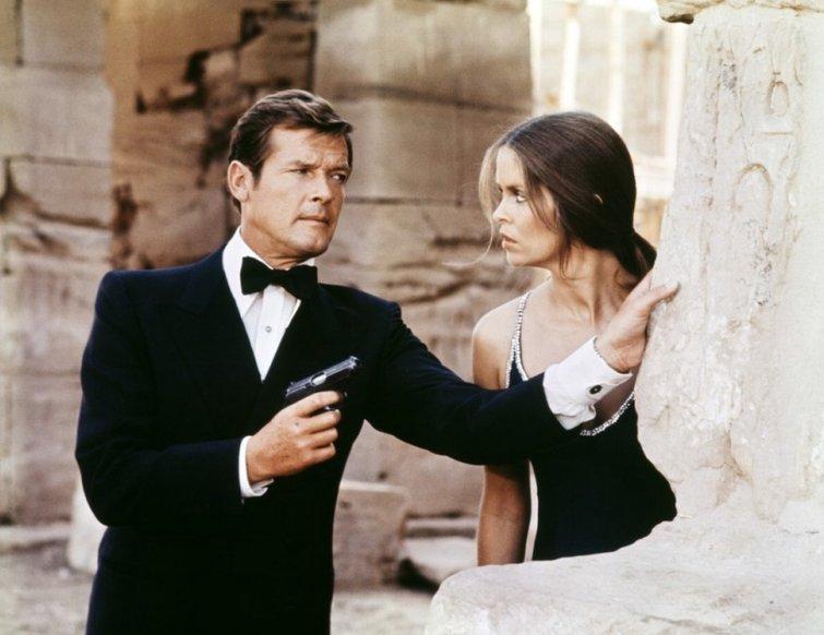 Una guía de los géneros cinematográficos básicos (y cómo usarlos) - Roger Moore y Barbara Bach en The Spy Who Loved Me