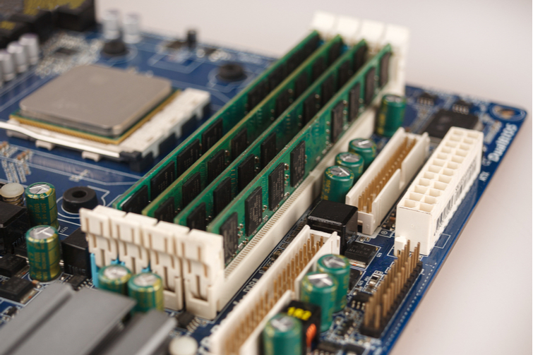 RAM instalada en la placa base de PC de edición.